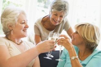 Пожилым женщинам алкоголь полезен